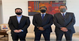CEO da Taurus se reúne com novo embaixador da Índia no Brasil