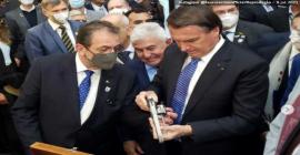 Bolsonaro ganha revólver em feira de grafeno no Rio Grande do Sul